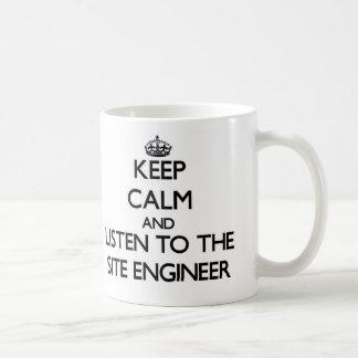 Guarde la calma y escuche el ingeniero del sitio taza básica blanca