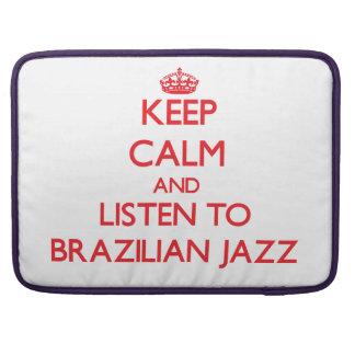 Guarde la calma y escuche el JAZZ BRASILEÑO Fundas Para Macbooks