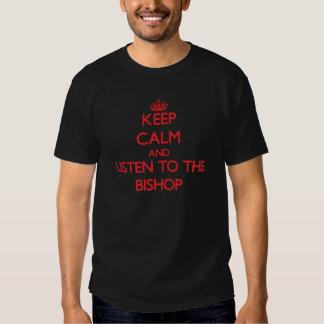 Guarde la calma y escuche el obispo playeras