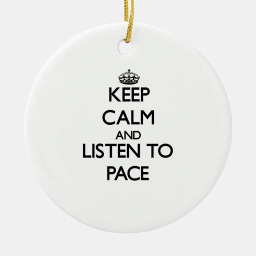 Guarde la calma y escuche el paso adorno navideño redondo de cerámica