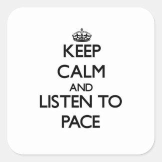 Guarde la calma y escuche el paso calcomanía cuadradas
