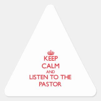 Guarde la calma y escuche el pastor pegatina de triangulo