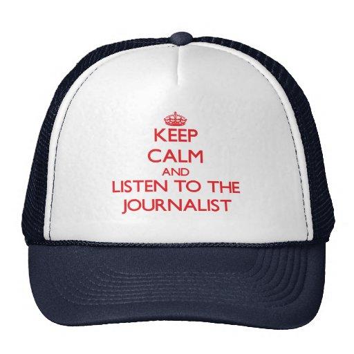 Guarde la calma y escuche el periodista gorras