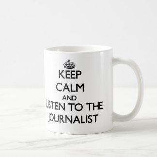 Guarde la calma y escuche el periodista taza básica blanca