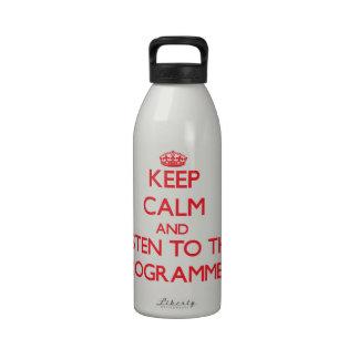Guarde la calma y escuche el programador botella de beber