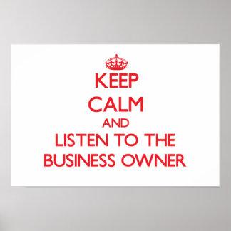 Guarde la calma y escuche el propietario de negoci posters