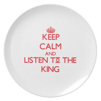 Guarde la calma y escuche el rey plato de cena