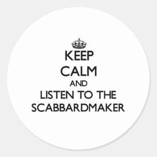 Guarde la calma y escuche el Scabbardmaker Etiqueta Redonda