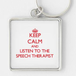 Guarde la calma y escuche el terapeuta de discurso llavero cuadrado plateado