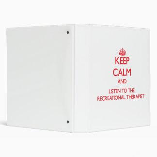 Guarde la calma y escuche el terapeuta recreativo