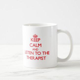 Guarde la calma y escuche el terapeuta taza de café