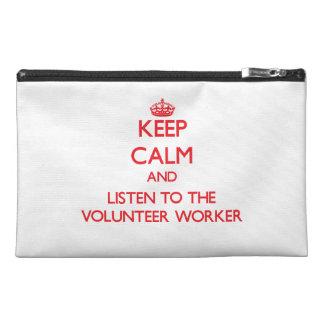 Guarde la calma y escuche el trabajador voluntario