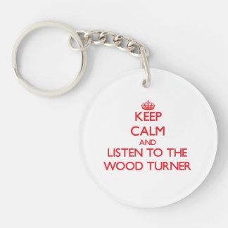 Guarde la calma y escuche el Turner de madera Llaveros