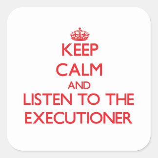 Guarde la calma y escuche el verdugo calcomanía cuadradas personalizadas