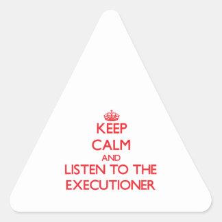 Guarde la calma y escuche el verdugo pegatina triangulo