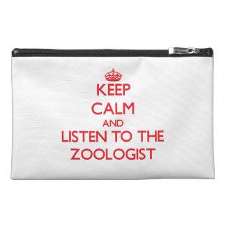 Guarde la calma y escuche el zoologista