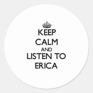 Guarde la calma y escuche Erica Pegatina Redonda
