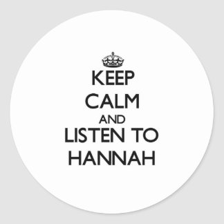 Guarde la calma y escuche Hannah Pegatina Redonda