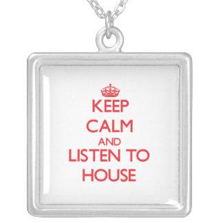 Guarde la calma y escuche la casa collares personalizados