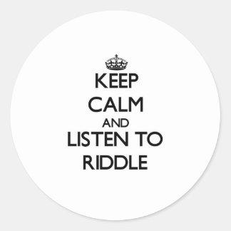 Guarde la calma y escuche la criba etiqueta redonda