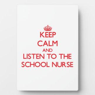 Guarde la calma y escuche la enfermera de la escue placa