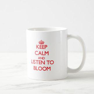 Guarde la calma y escuche la floración taza básica blanca
