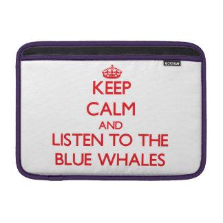 Guarde la calma y escuche las ballenas azules funda para macbook air
