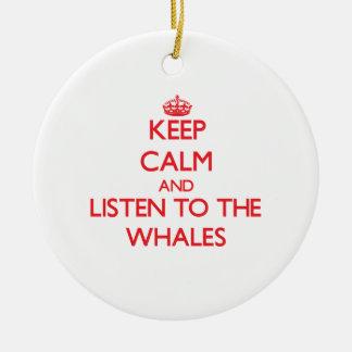 Guarde la calma y escuche las ballenas ornamento para arbol de navidad