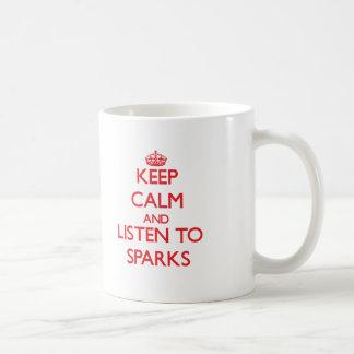 Guarde la calma y escuche las chispas taza