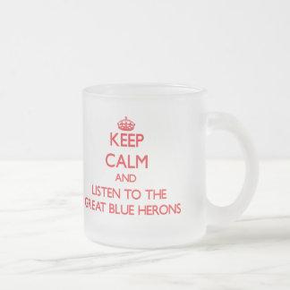 Guarde la calma y escuche las garzas de gran azul taza de café