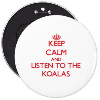 Guarde la calma y escuche las koalas pin redondo de 6 pulgadas