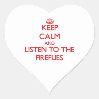 Guarde la calma y escuche las luciérnagas pegatina en forma de corazón