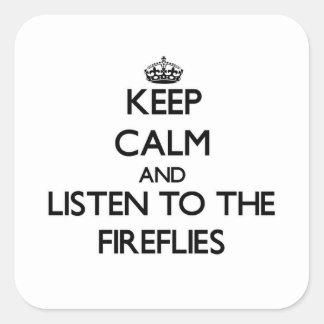 Guarde la calma y escuche las luciérnagas pegatina cuadrada