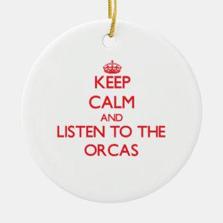 Guarde la calma y escuche las orcas ornamente de reyes