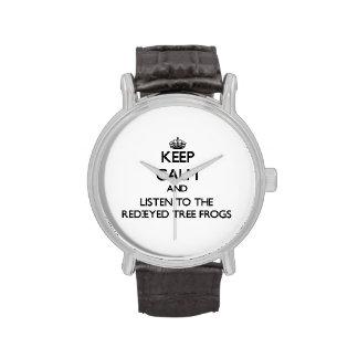 Guarde la calma y escuche las ranas arbóreas relojes