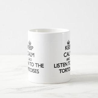 Guarde la calma y escuche las tortugas taza