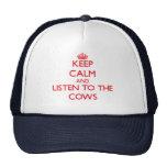 Guarde la calma y escuche las vacas gorras