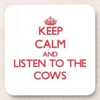 Guarde la calma y escuche las vacas posavasos