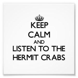 Guarde la calma y escuche los cangrejos de ermitañ