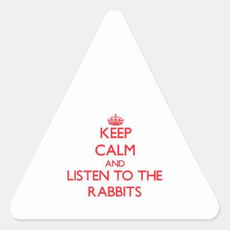 Guarde la calma y escuche los conejos calcomanía triangulo
