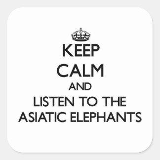 Guarde la calma y escuche los elefantes asiáticos pegatina cuadrada