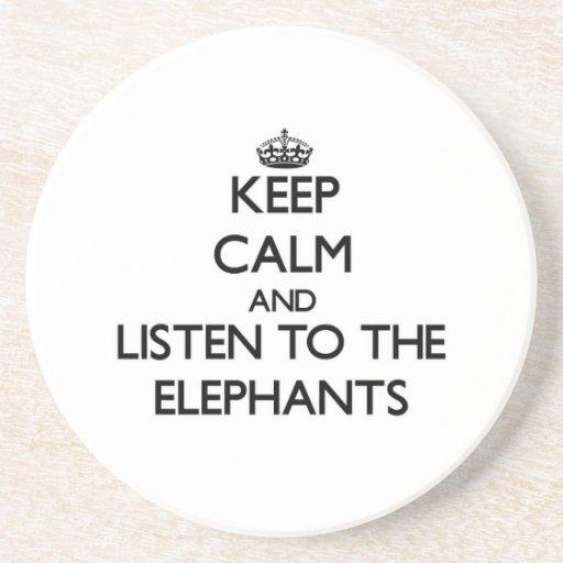 Guarde la calma y escuche los elefantes posavasos diseño