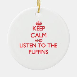 Guarde la calma y escuche los frailecillos ornaments para arbol de navidad