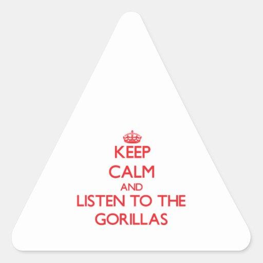 Guarde la calma y escuche los gorilas pegatina triangular