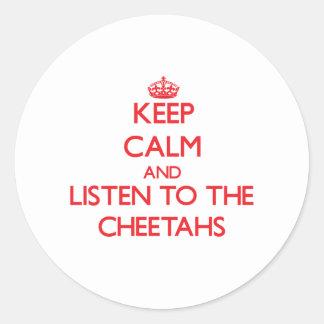 Guarde la calma y escuche los guepardos pegatina redonda