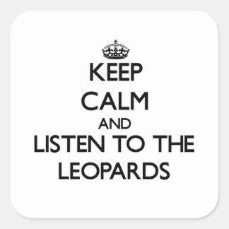 Guarde la calma y escuche los leopardos calcomanías cuadradass