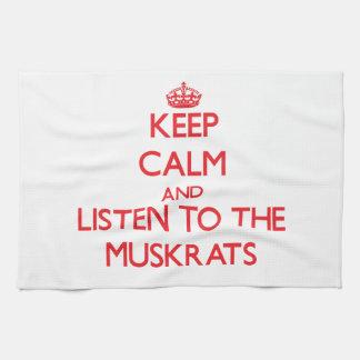 Guarde la calma y escuche los Muskrats Toalla De Cocina