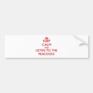 Guarde la calma y escuche los pavos reales etiqueta de parachoque