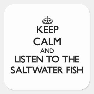Guarde la calma y escuche los peces de agua salada pegatina cuadrada
