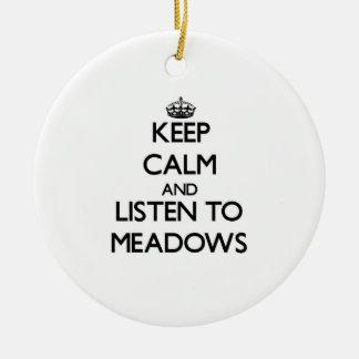 Guarde la calma y escuche los prados ornamento para arbol de navidad
